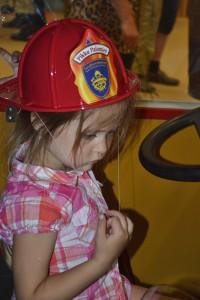 12 Всем детям выдавали каски пожарных