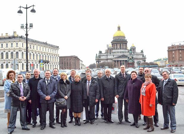 члены комитета в интерьере Исакиевского Собора