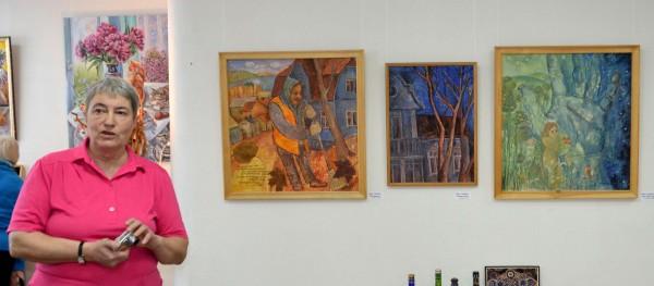 Инна Семенова в интерьере своих картин