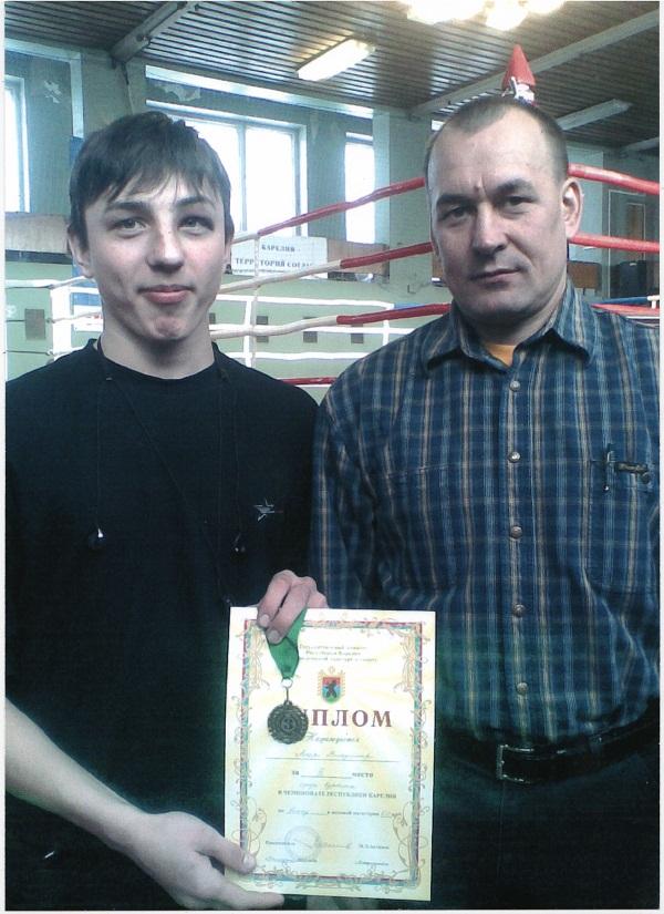 На фотографии Александра награждает президент федерации бокса Карелии Бердов Николай Николаевич