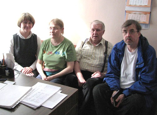 директор школы слева с финскими гостями