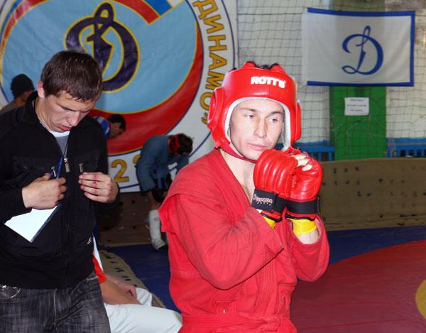 На фотографии к выходу на ринг на прошлогоднем турнире готовится член нашей строительной бригады Сергей Зацепин