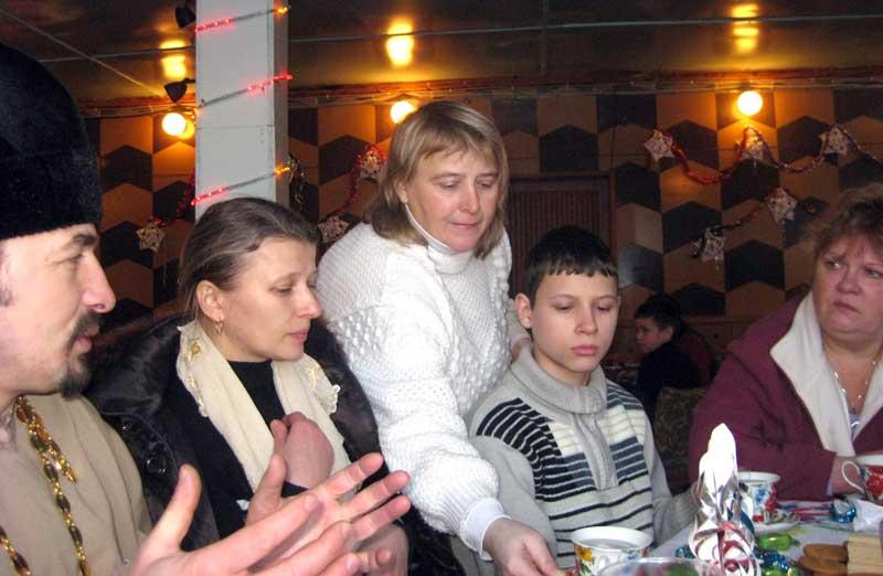 Слева направо священик Георгий, его супруга Ксения, их сын Серафим чаем угощает Наталья Таянчина