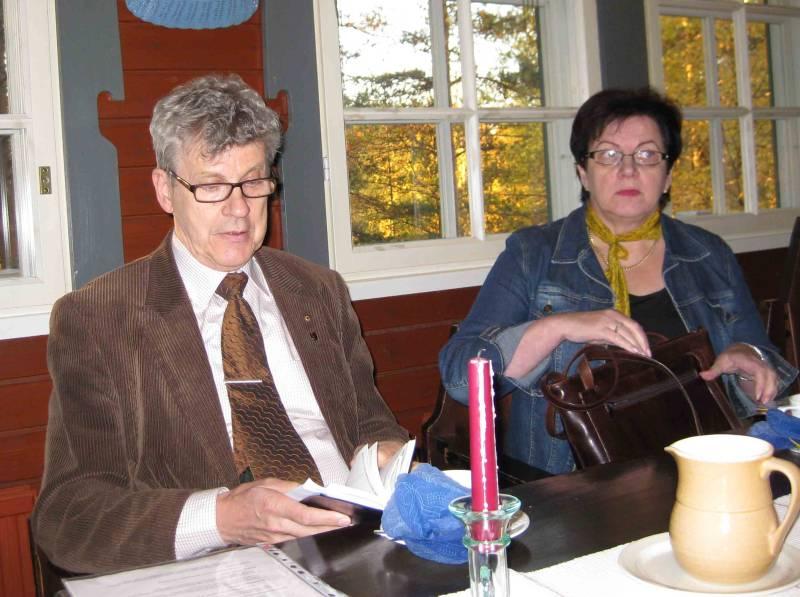 Мэр Париккалы Алпо Косунен и работник администрации коммуны Париккала  Марьятта Лаукканен во время переговоров