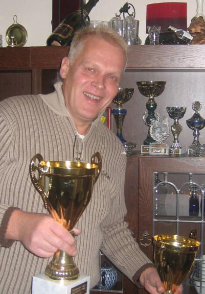 Юха Мухонен среди спортивных трофеев. Оказалось, что он не только активный участник    всех карельско-финских переговоров, но еще и большой любитель гольфа